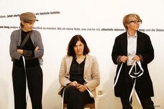 Performance Daniella Tuzzi. Katrin Odermatt, Karin Mairitsch (von links nach rechts). Foto: Sappy Rauth